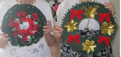 Use plastic spoons to make these lovely wreaths for ANZAC Day!